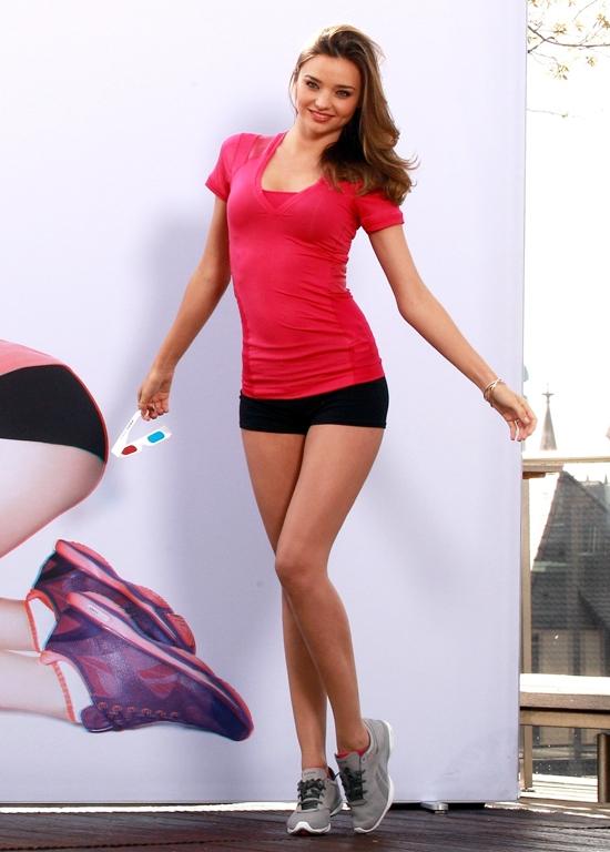 ミランダ・カー 「Reebok」プロモーションで自慢の柔らかい体をアピール!