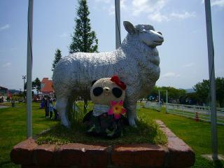 羊のオブジェさんとパチリ