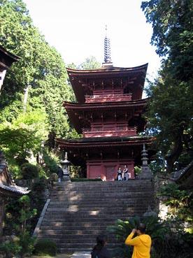 右手に見えますのが三重塔でございます:長命寺