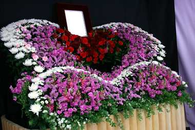 赤いハートの花祭壇