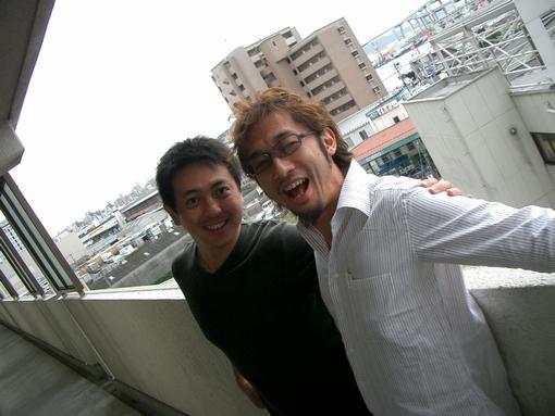 2003年、村尾隆介さんと自宅前で独立前夜の1枚。