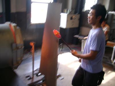 ★炉の中からガラスを巻き取る★