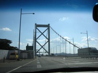 橋を超えるぞー。