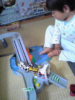トミカで遊ぶ王子