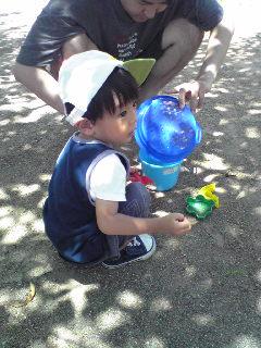 親子で砂遊び