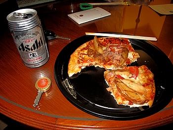 ホテル自室でピザとビール