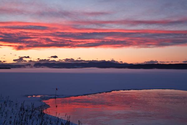 湖上の気嵐と夕焼け