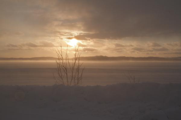 地吹雪の凍った湖