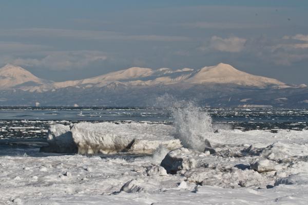 流氷と波と