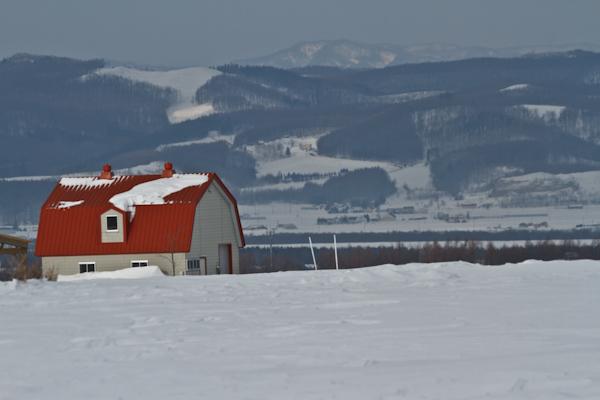 赤い屋根の小さな畜舎