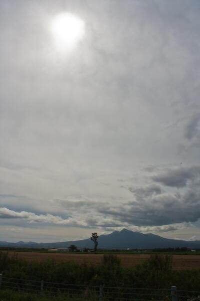 薄曇りの斜里岳