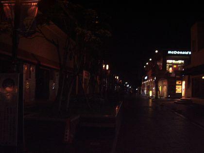 夜の多摩駅前