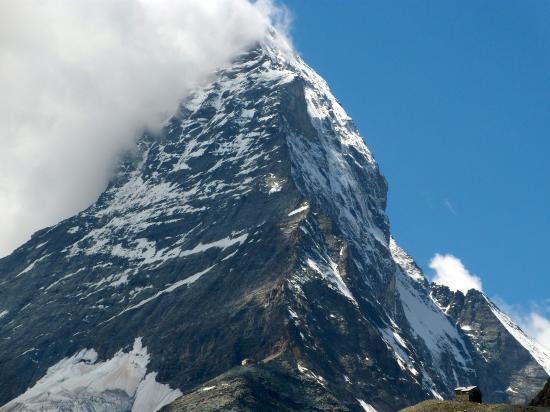中央下がヘルンリ小屋 その上の稜線を登る
