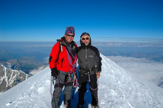 モンブラン 左が国際山岳ガイドの佐々木慶正さん