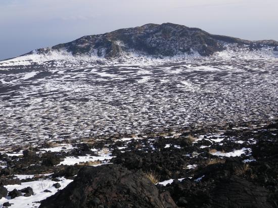 山頂から白石山を望む