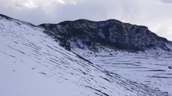 櫛形山への登り 正面は白石山