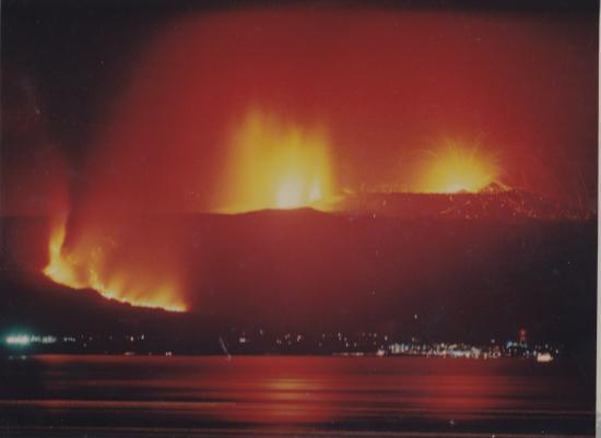 1986/11/21日夜 全島避難時の船上から 右上がA火口からの噴火 C火口噴火はどれですか