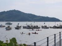 カヤックと漁船