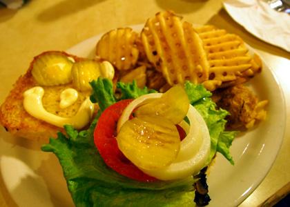 ハラペーニョチェダーバンズのハンバーガー