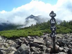 編笠山頂上と後ろは権現方面