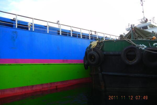 作業を始めた2隻の船 ・・・