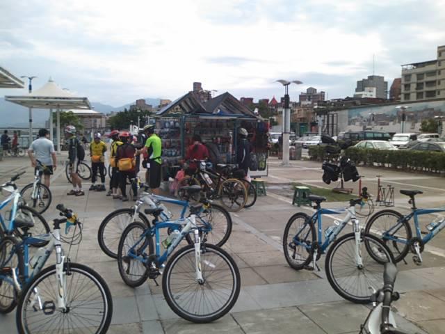 レンタサイクルと露天の自転車小物店