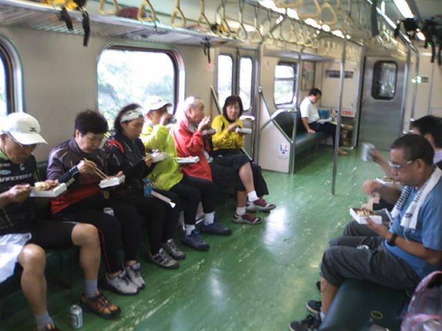 移動の列車内で「福隆弁当」を頬張る