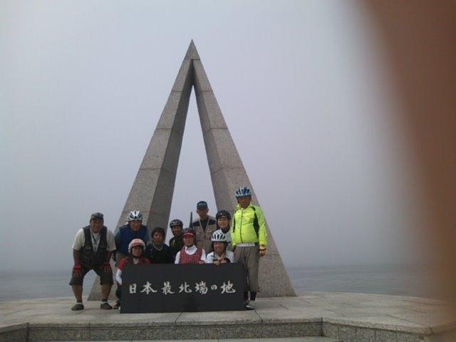 日本の最北端「宗谷岬」で記念写真。あれ、二人足りない…