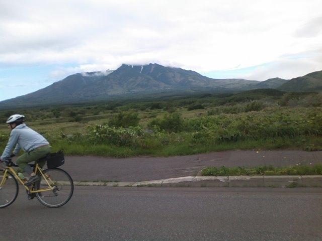 利尻富士を横に見て岡本さんが疾走