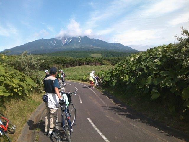 利尻富士を望む自転車道