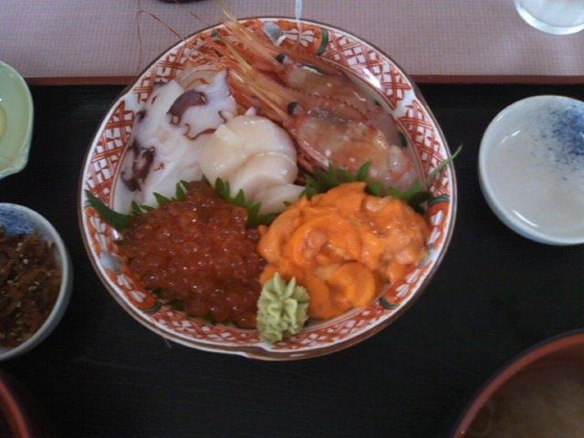 礼文の金田の岬にある食堂での「海鮮丼」2000円也!