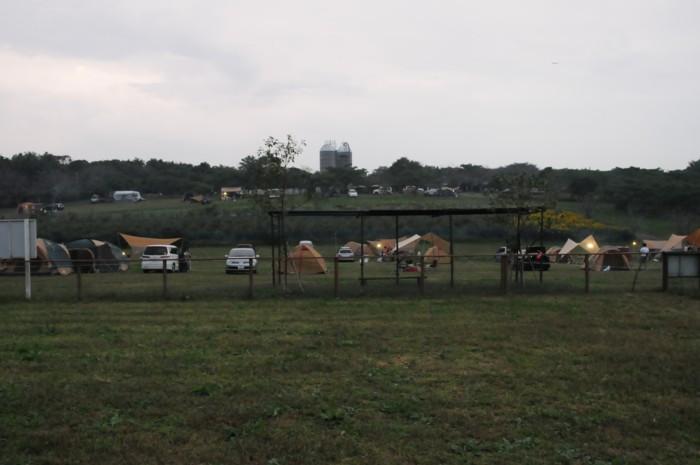 夕暮れのキャンプ場。