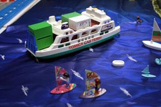 コンテナ船が浮かぶ海