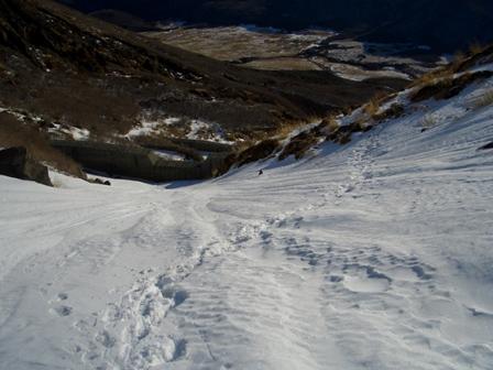 雪渓を下りて横切るCIMG0084