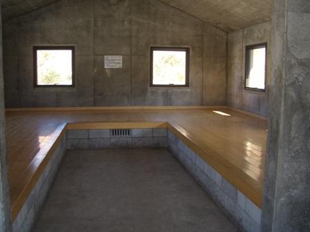 避難小屋の中CIMG0197