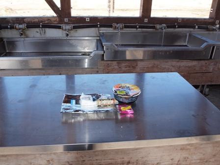 坊がつるキャンプ7場内の炊事棟にて昼食P2213197