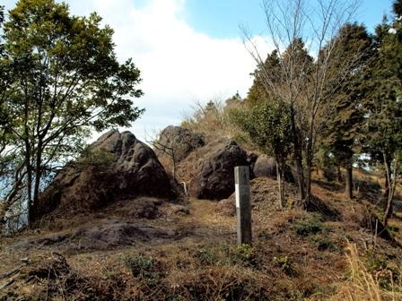 山頂への道 巨石P3253302