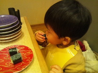 お寿司を頬張る弟くん