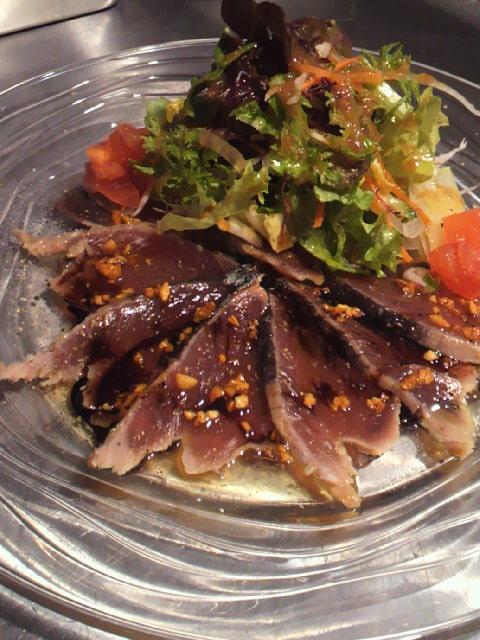 鰹タタキのカルパッチョ たっぷり香味野菜を添えて