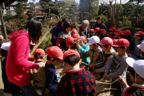 2012-02-24 年長24年2月劇園外保育緑組実川稲わら体験 012 (800x536)