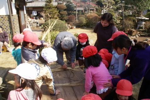 2012-02-24 年長24年2月劇園外保育緑組実川稲わら体験 014 (800x536)