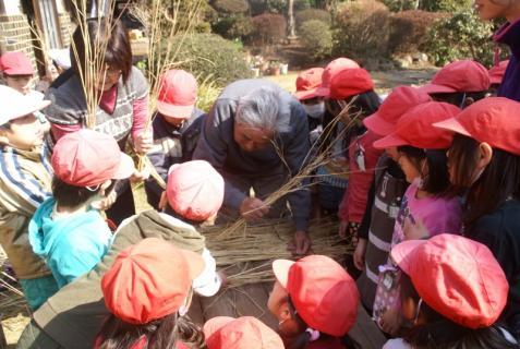 2012-02-24 年長24年2月劇園外保育緑組実川稲わら体験 019 (800x536)