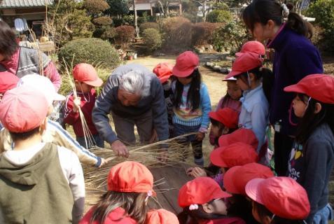 2012-02-24 年長24年2月劇園外保育緑組実川稲わら体験 023 (800x536)
