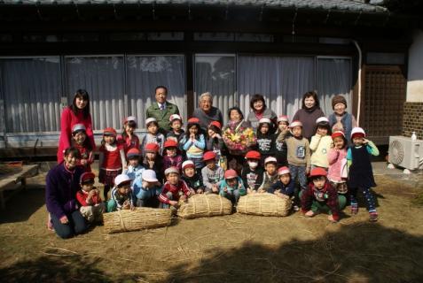 2012-02-24 年長24年2月劇園外保育緑組実川稲わら体験 061 (800x536)