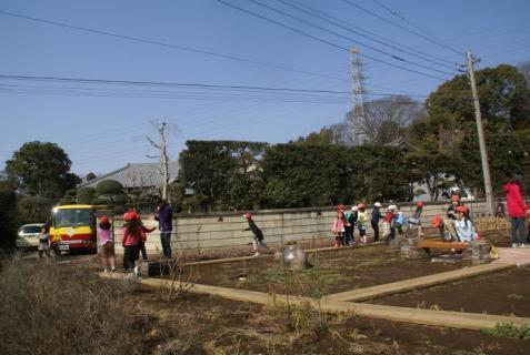 2012-02-24 年長24年2月劇園外保育緑組実川稲わら体験 070 (800x536)