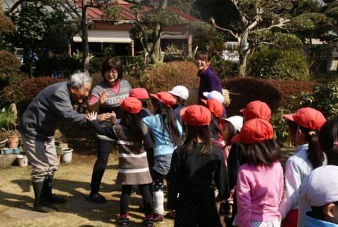 2012-02-24 年長24年2月劇園外保育緑組実川稲わら体験 076 (800x536)