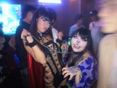 エッチな格好で踊るクラブギャル