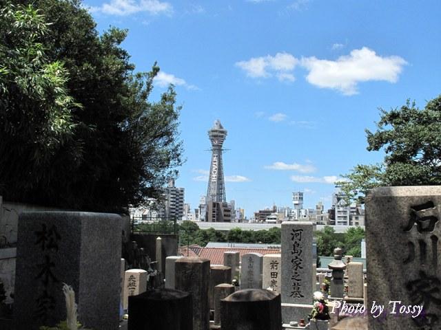 墓地越しの通天閣