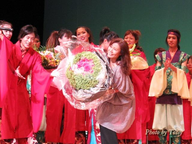YUCAさんに花束贈呈