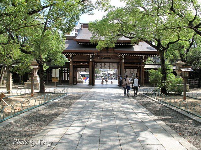 湊川神社 境内から門